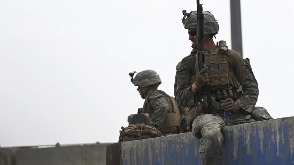 Αφγανιστάν: Ανταλλαγή πυρών στην «κόλαση» του αεροδρομίου της Καμπούλ – 1 νεκρός και 3 τραυματίες