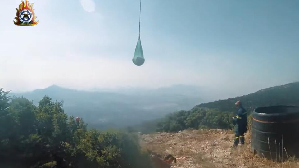 Πυρκαγιές – Εντυπωσιακό βίντεο: Πυροσβέστες σβήνουν φωτιές σε δυσπρόσιτα σημεία