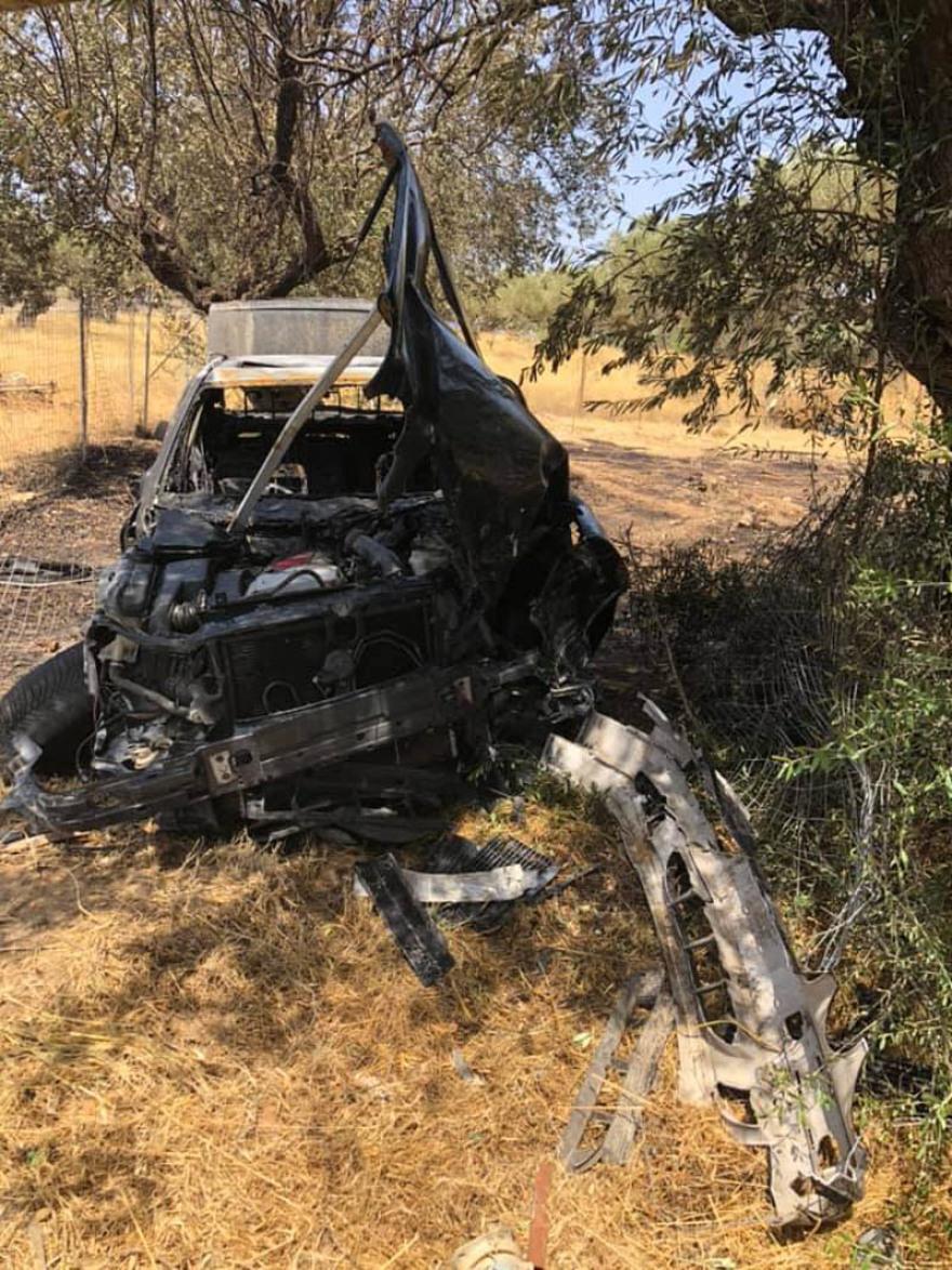Τροχαίο στην Κερατέα: Αυτοκίνητο καρφώθηκε σε δέντρο και τυλίχτηκε στις φλόγες