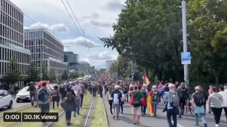 Βερολίνο: Μεγάλη διαδήλωση κατά των μέτρων για την πανδημία – Συγκρούσεις με την αστυνομία
