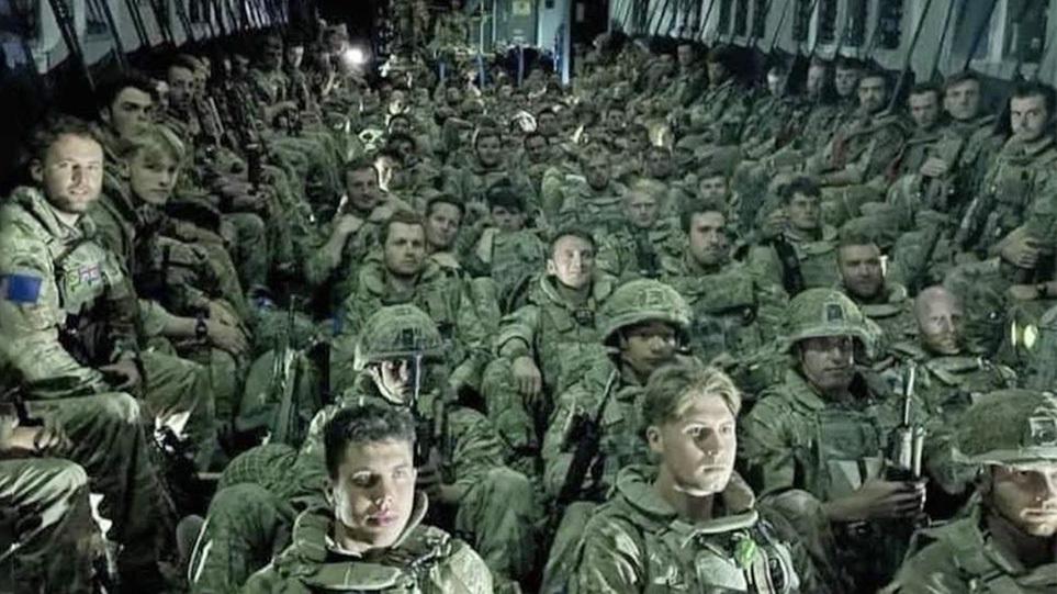 Αφγανιστάν: Εξουθενωμένοι Βρετανοί στρατιώτες εγκαταλείπουν την Καμπούλ – «Θα επιστρέψουμε», λέει ο Μπόρις Τζόνσον