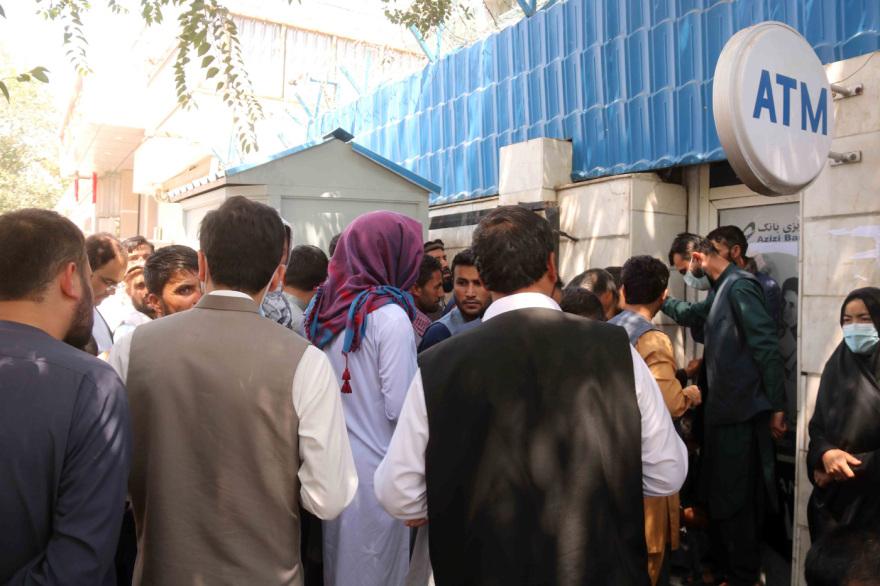 Αφγανιστάν: Μετά το… ξύλο στα ATM, απόφαση για όριο ανάληψης 200 δολ. ανά άτομο την εβδομάδα!