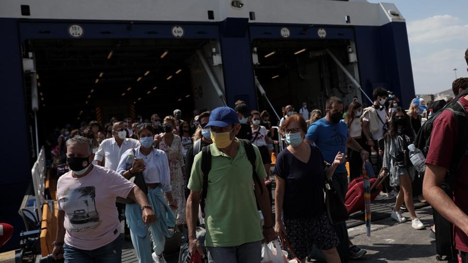 Κορωνοϊός: «Θερμός» Σεπτέμβριος με αύξηση κρουσμάτων και νοσηλειών – Οι νέοι μεταφέρουν τον ιό από τα νησιά στις πόλεις