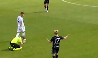 Διαιτητής έπεσε στα γόνατα όταν κατάλαβε το λάθος του!