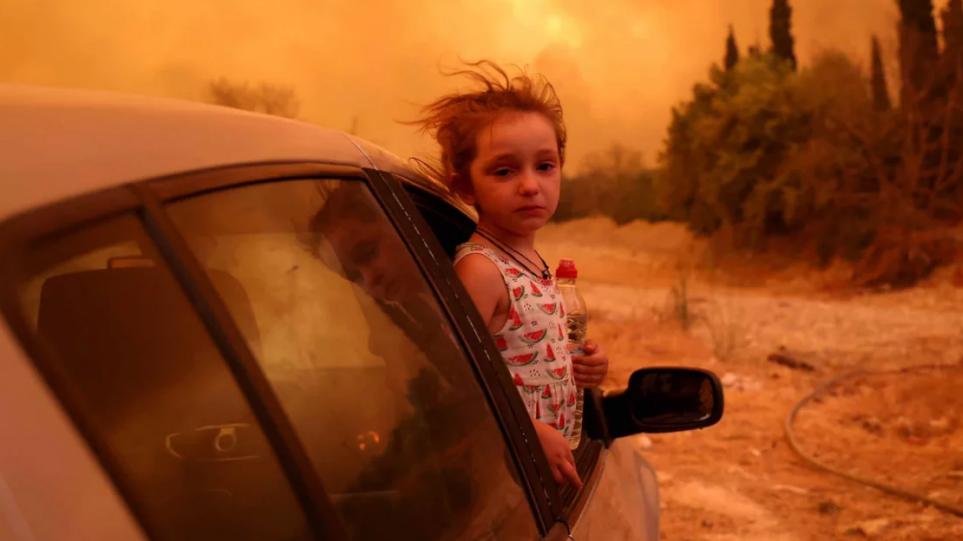Φωτιές: Συγκλονίζει η φωτογραφία της μικρής Βαλεντίνας – Η κίνηση του φωτορεπόρτερ που την έκανε να σταματήσει να κλαίει
