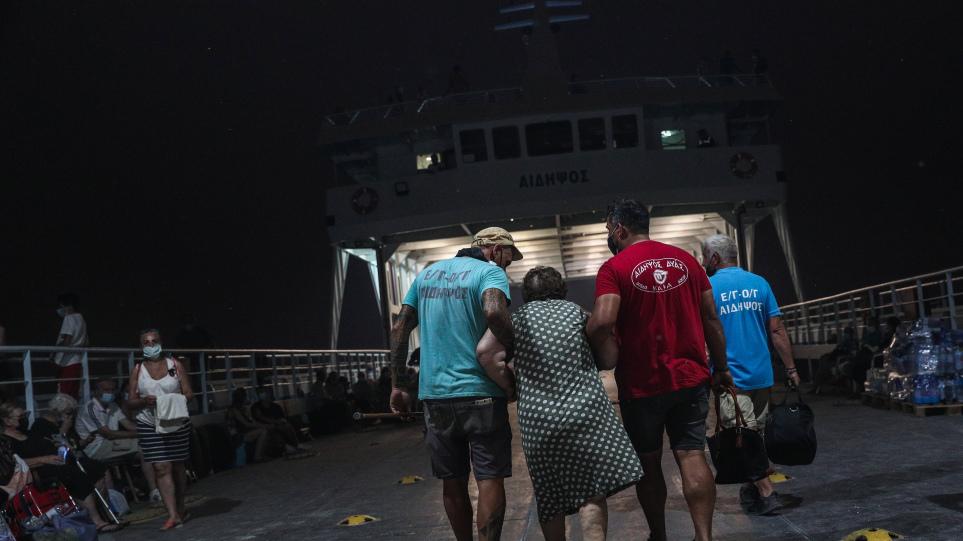 Φωτιά στην Εύβοια: Απεγκλωβισμός πέντε ατόμων από την παραλία Μαύρικα
