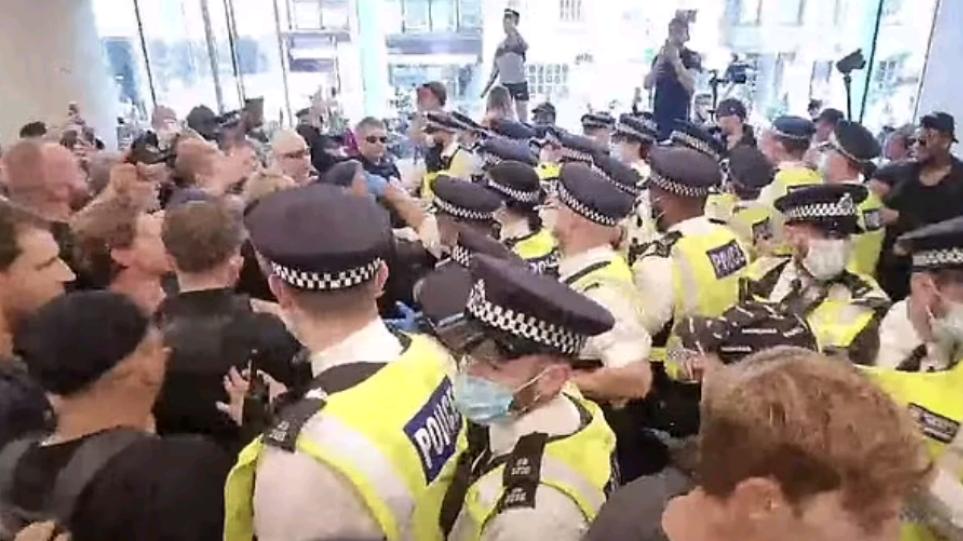 Λονδίνο: Εκατοντάδες οργισμένοι αντιεμβολιαστές εισέβαλαν στα κεντρικά γραφεία ΜΜΕ