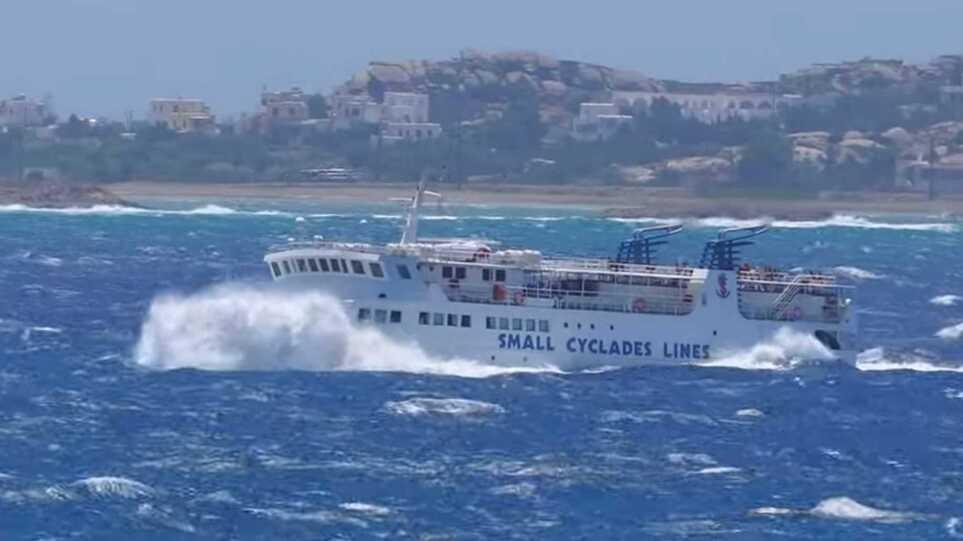 Νάξος: Το «Εξπρές Σκοπελίτης» παλεύει με τα κύματα – Δείτε το βίντεο