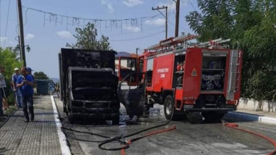 Χαλκιδική: Φωτιά σε φορτηγό ψυγείο στη Γαλάτιστα – Δείτε φωτογραφίες