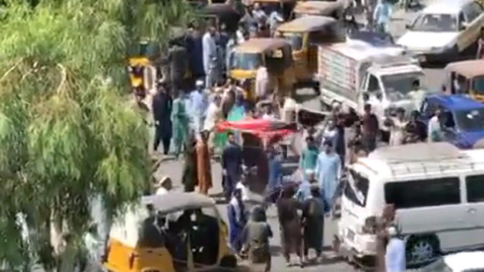Ταλιμπάν άνοιξαν πυρ εναντίον πολιτών που ύψωσαν τη σημαία του Αφγανιστάν – Δύο νεκροί