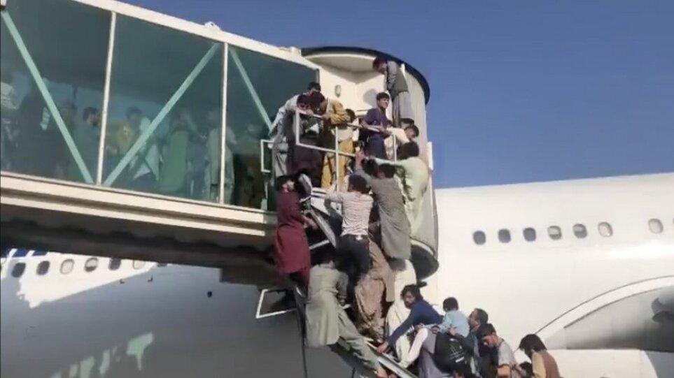 Σκηνές πόνου στο αεροδρόμιο της Καμπούλ: Χιλιάδες άνθρωποι αναζητούν σανίδα σωτηρίας ενώ ηχούν αλλεπάλληλα πυρά