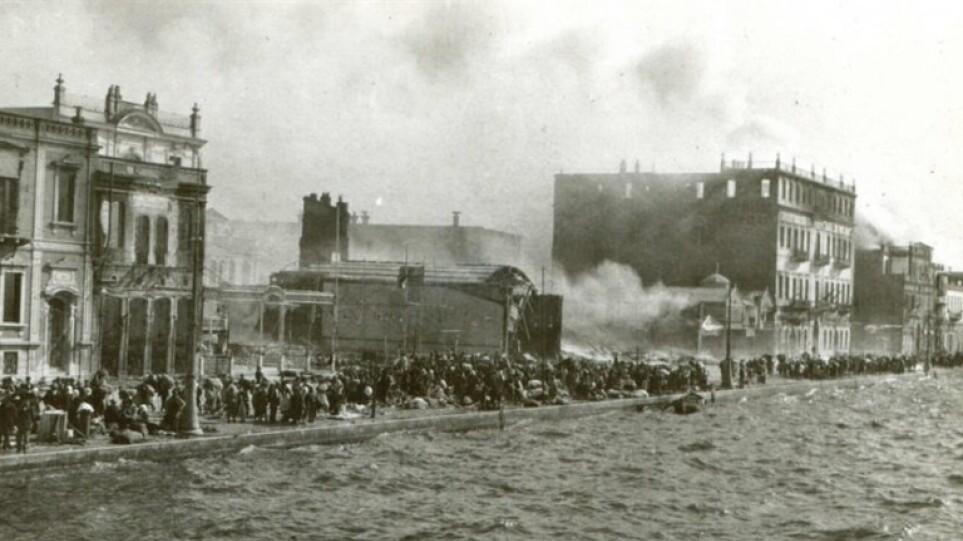 Τούρκος ιστορικός μιλά για τους Έλληνες που «πετάχτηκαν» στη θάλασσα της Σμύρνης το 1922