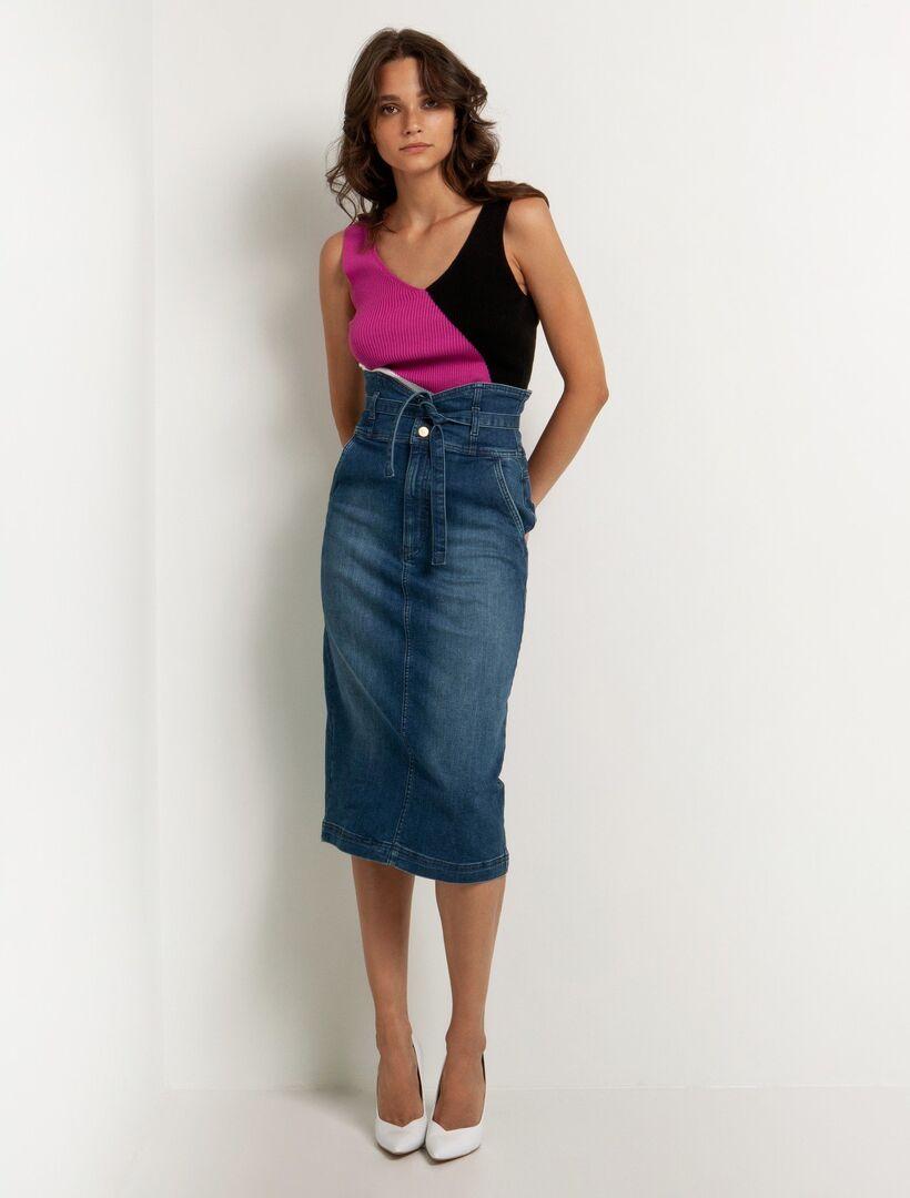 Copy the look: H τζιν φούστα της Δανάης Μπάρκα είναι ό,τι πιο hot αυτή τη σεζόν (photos)