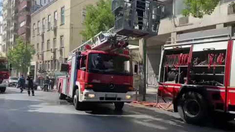 Απεγκλωβισμός ανθρώπων μετά από φωτιά σε κτίριο στο κέντρο της Αθήνας – Δείτε βίντεο
