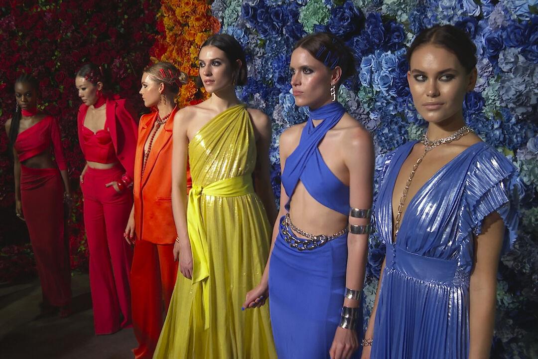 NYFW Day 3: Η Alice + Olivia επιστρέφει στο runway με μια πολύχρωμη συλλογή για την άνοιξη