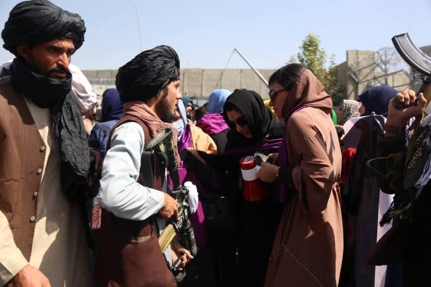 Αφγανιστάν: Οι γυναίκες στην Καμπούλ υψώνουν τη φωνή τους – Εικόνες και βίντεο