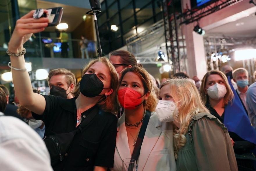 Γερμανικές εκλογές – Τα πρώτα επίσημα αποτελέσματα: Με «βραχεία κεφαλή» προηγείται το SPD