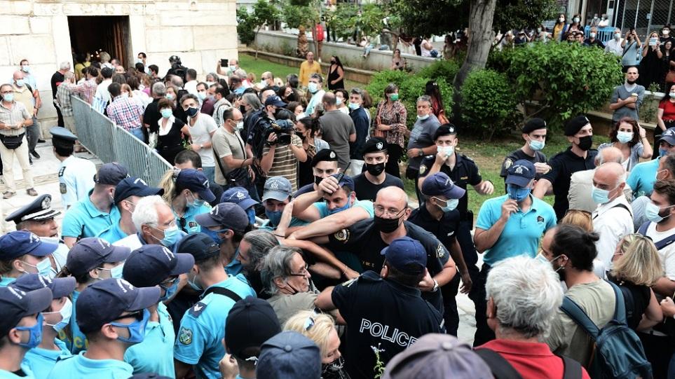 Μίκης Θεοδωράκης: Εκνευρισμός στη Μητρόπολη – Παράταση μίας ώρας στο λαϊκό προσκύνημα