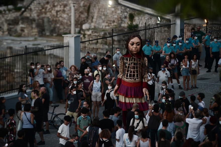 Υπό τους ήχους του τραγουδιού «Άσμα Ασμάτων» η μικρή Αμάλ περιπλανήθηκε στο κέντρο της Αθήνας