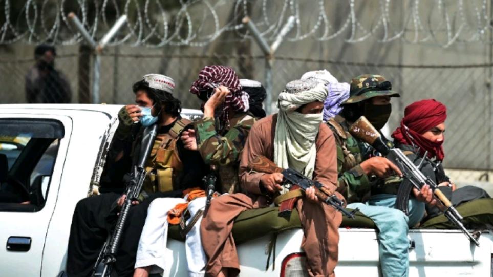 Χάος στο Αφγανιστάν: Συνωστισμός σε τράπεζες στην Καμπούλ, χιλιάδες άνθρωποι τρέχουν για αναλήψεις
