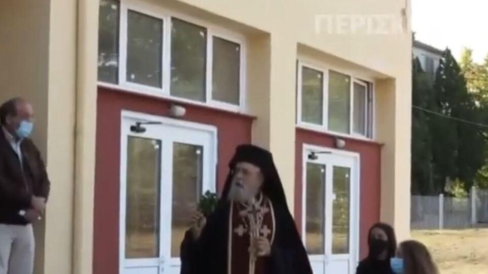 Κορωνοϊός – Αμύνταιο: Επεισοδιακός αγιασμός σε σχολείο – «Να κρατάω τον σταυρό και να φοράω μάσκα;»
