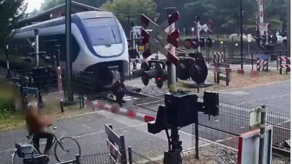 Βίντεο που σοκάρει: Γυναίκα με… τρελή πορεία σε διάβαση, γλιτώνει στον «πόντο» από τρένο