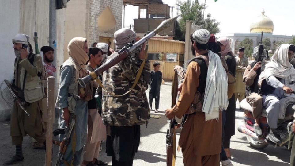 Η στιγμή που οι Ταλιμπάν χτυπούν βίαια δημοσιογράφο επειδή έπαιρνε συνέντευξη από γυναίκα – Βίντεο