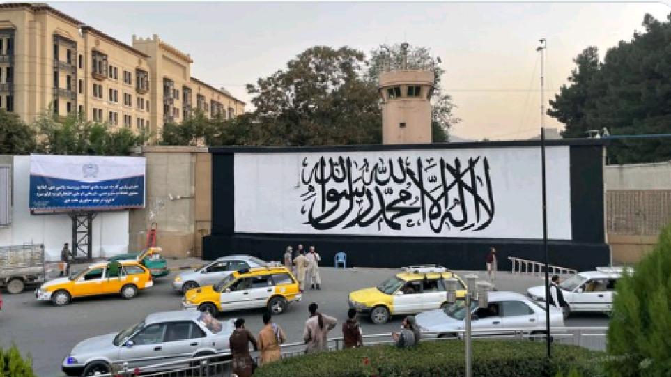 Καμπούλ: Οι Ταλιμπάν ζωγράφισαν τη σημαία τους έξω από την αμερικανική πρεσβεία