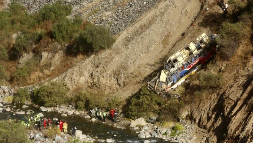 Τραγωδία στο Περού: Τουλάχιστον 32 νεκροί στην πτώση λεωφορείου σε χαράδρα – Δείτε βίντεο