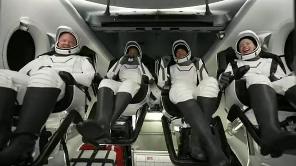 Space X: Επέστρεψαν οι τέσσερις «αστροτουρίστες» από το διάστημα – Δείτε πλάνα από την προσθαλάσσωση