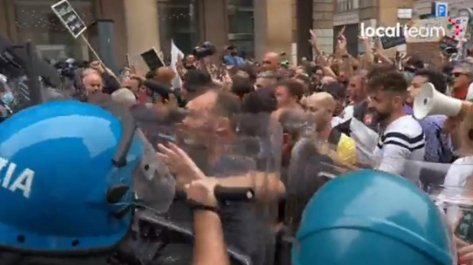 Ιταλία: Επεισόδια σε διαδήλωση 1.500 αντιεμβολιαστών στο Μιλάνο – Το 77,4% έχει εμβολιαστεί πλήρως