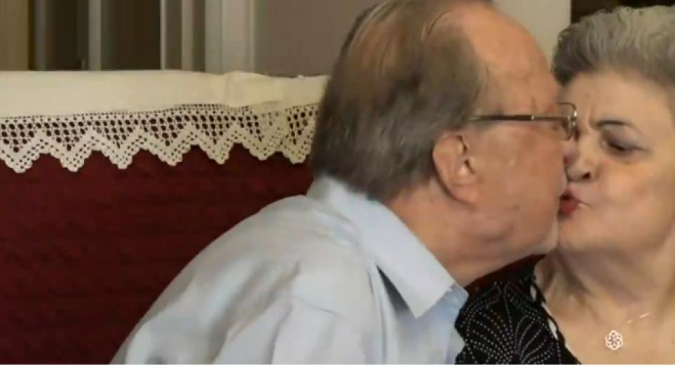 «Τη γνώρισα σε ταβέρνα, ήταν επτά γυναίκες αλλά κόλλησα με τη Μάρθα», λέει ο 87χρονος που παντρεύτηκε την 85χρονη