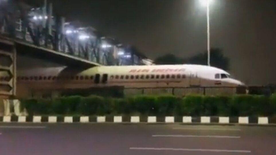 Δείτε βίντεο: Αεροπλάνο κόλλησε κάτω από γέφυρα!