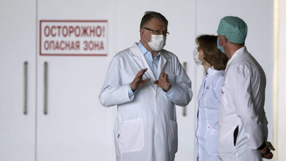 """Θλιβερό """"ρεκόρ"""" θανάτων στη Ρωσία: Ξεπέρασε τους 1.000 ο αριθμός των νεκρών λόγω κορωνοϊού"""