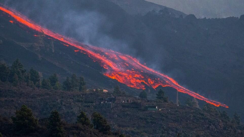 Έκρηξη ηφαιστείου στη Λα Πάλμα: «Φούσκωσε» το ποτάμι της λάβας μετά την κατάρρευση μέρους του κρατήρα