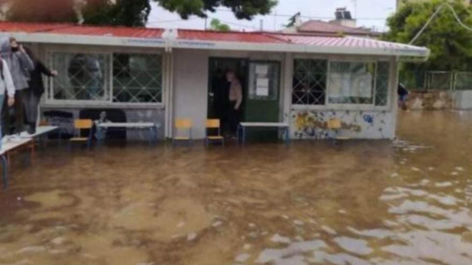 """Κακοκαιρία """"Μπάλλος"""": Πού κλείνουν τα σχολεία σήμερα και αύριο στην Αττική"""