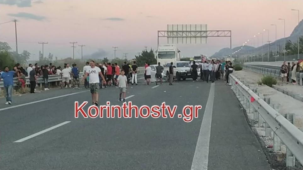 Ρομά έκλεισαν την Εθνική Οδό στο Ζευγολατιό και καίνε λάστιχα – Εκτροπή της κυκλοφορίας