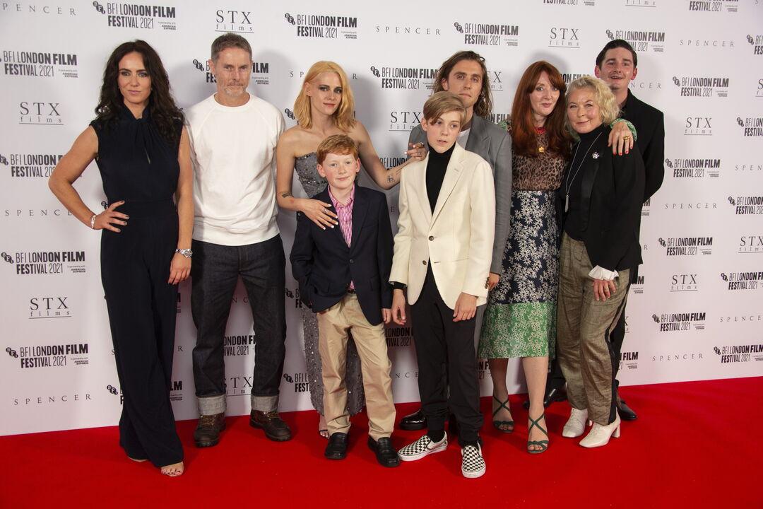"""«Spencer»: Λαμπερή πρεμιέρα στο Λονδίνο – Η Kristen Stewart chic n"""" classy στο red carpet"""