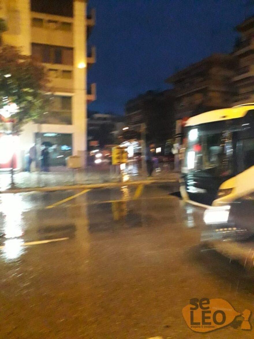 """Κακοκαιρία """"Μπάλλος"""": Υποχώρησε οδόστρωμα και """"κατάπιε""""… λεωφορείο στη Θεσσαλονίκη!"""