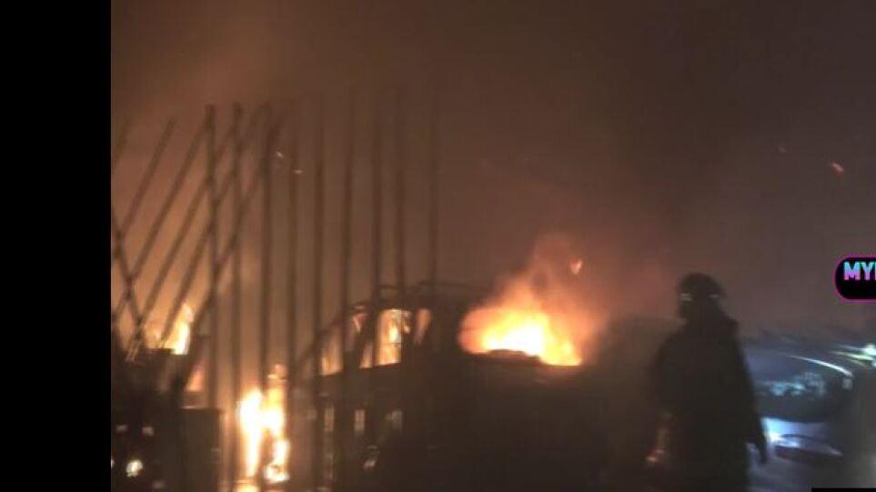 Πανικός στον Ορνό της Μυκόνου από φωτιά σε εστιατόριο – Εκρήξεις από φιάλες υγραερίου (βίντεο)