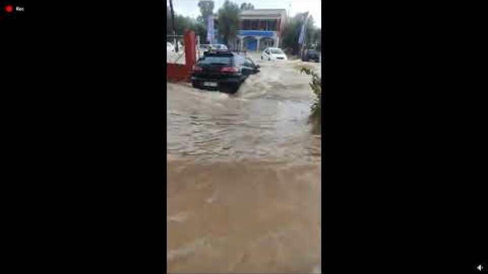 """Κακοκαιρία """"Μπάλλος"""": """"Ποτάμια"""" οι δρόμοι στην Κέρκυρα – Στα δυο κόπηκε το νησί"""