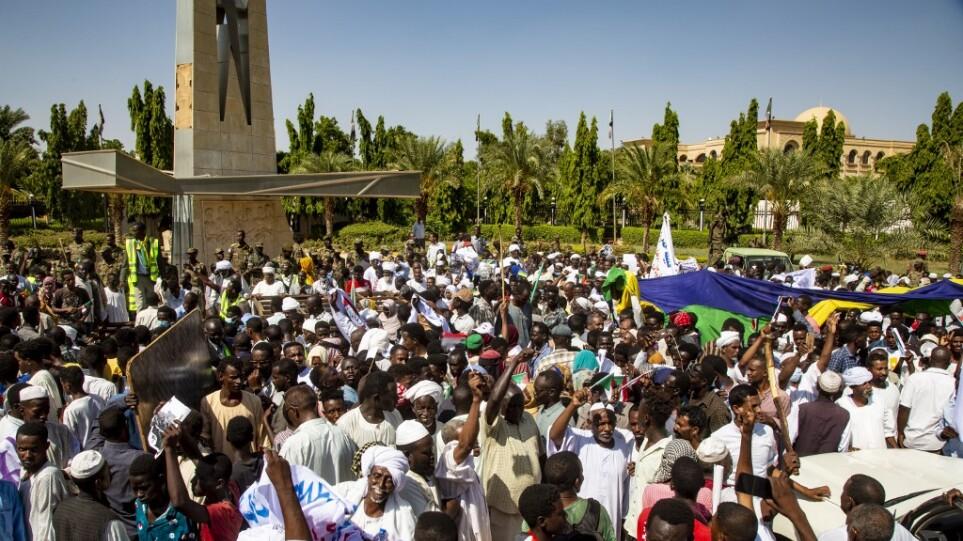 Σουδάν: Διαδηλωτές ζητούν από τον στρατό να αναλάβει την εξουσία