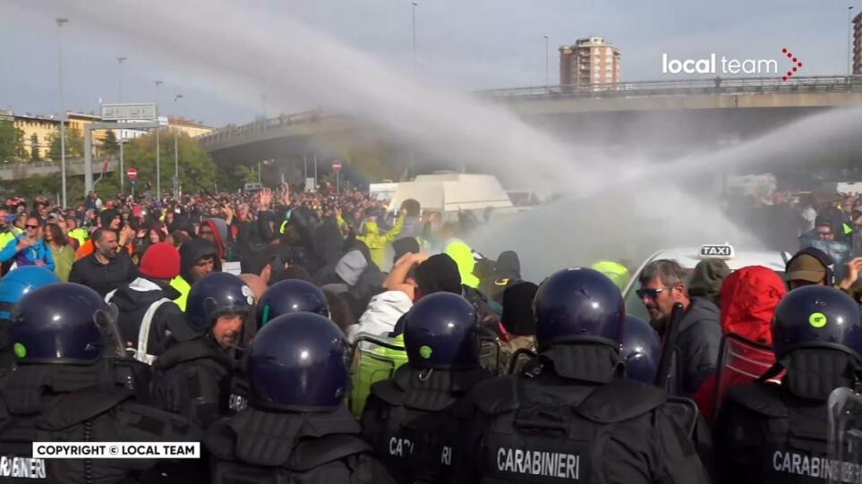 Κορωνοϊός – Ιταλία: Έπεσαν δακρυγόνα στη διαδήλωση λιμενεργατών στην Τεργέστη κατά του πράσινου πάσο