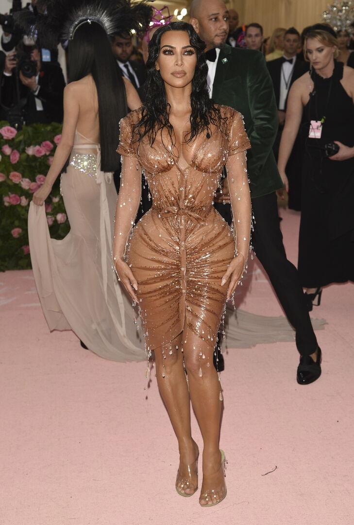 Πώς η Kim Kardashian εξελίχθηκε από βοηθός της Paris Hilton σε σταρ που ορίζει τις τάσεις της μόδας