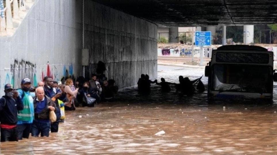 """Κακοκαιρία Μπάλλος: Αδιανόητες εικόνες – """"Βυθίστηκε"""" λεωφορείο στην παλιά Ποσειδώνος – Έκαναν """"αλυσίδα"""" οι επιβάτες για να βγουν"""