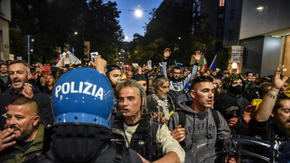 Ιταλία: Συγκρούσεις με την αστυνομία σε πορεία αντιεμβολιαστών στο Μιλάνο