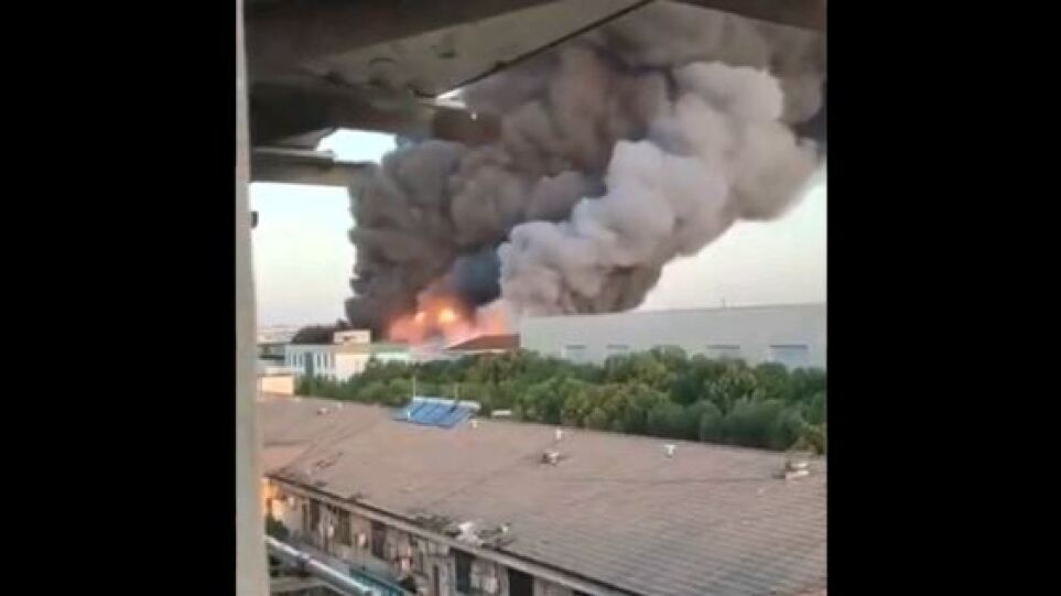Τεράστια φωτιά ξέσπασε σε αποθήκη στη Σαγκάη – Δείτε βίντεο