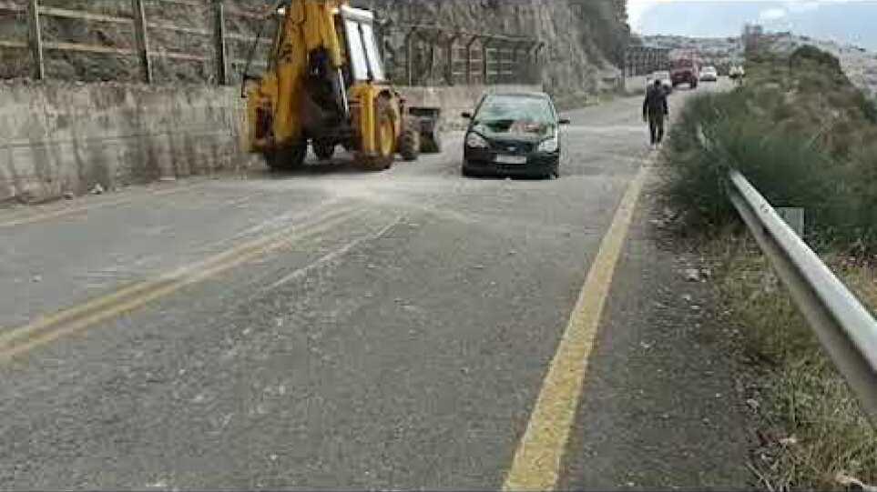 """""""Είμαστε ζωντανοί επειδή ο βράχος έπεσε λίγα εκατοστά πιο πέρα"""", λέει ο οδηγός του αυτοκινήτου στην Αράχωβα"""