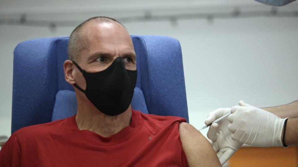 Ο Γιάνης Βαρουφάκης έκανε την 3η δόση του εμβολίου κατά της Covid-19