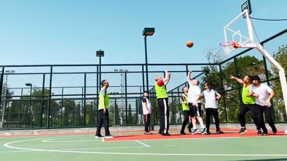 Σφύζει από υγεία ο Ερντογάν: Βάζει καλάθια στο μπάσκετ – Δείτε βίντεο